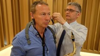 Bernard Hugon audioprothesiste Audika adapte une aide auditive a un musicien